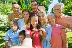Szczęśliwy rodzinny bierze selfie w lato ogródzie Obrazy Stock
