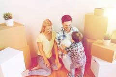 Szczęśliwy rodzinny chodzenie nowa domu i bawić się piłka Obrazy Stock
