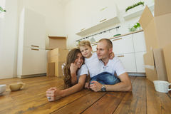 Szczęśliwy rodzinny cieszyć się w ich nowym pustym mieszkaniu Obraz Royalty Free