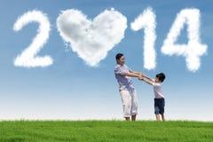 Szczęśliwy rodzinny cieszy się nowego roku wakacje Zdjęcia Royalty Free