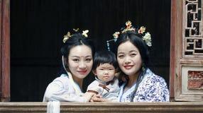 Szczęśliwy rodzinny czas, Chińska kobieta w Hanfu sukni z dziewczynką Zdjęcie Royalty Free