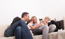 Szczęśliwy rodzinny czas w żywym pokoju Obrazy Royalty Free