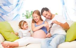 Szczęśliwy rodzinny czekanie dla dziecko przyglądającego ultradźwięku ciężarnej mamy, d Zdjęcia Royalty Free