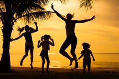 Szczęśliwy rodzinny doskakiwanie na plaży obrazy royalty free
