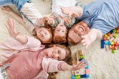 Szczęśliwy rodzinny lying on the beach na podłoga, duży rodzinny portreta pojęcie Obraz Royalty Free