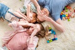 Szczęśliwy rodzinny lying on the beach na podłoga, duży rodzinny portreta pojęcie Obraz Stock