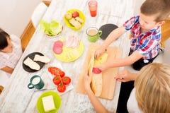 Szczęśliwy rodzinny mieć śniadanie w domu obraz royalty free