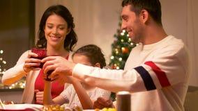 Szczęśliwy rodzinny mieć boże narodzenie gościa restauracji w domu zdjęcie wideo