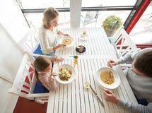 Szczęśliwy rodzinny mieć gościa restauracji przy restauracją lub kawiarnią Obrazy Royalty Free