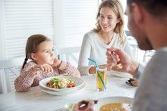 Szczęśliwy rodzinny mieć gościa restauracji przy restauracją lub kawiarnią Zdjęcia Royalty Free