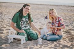 Szczęśliwy rodzinny mieć pinkin na plaży Zdjęcie Stock