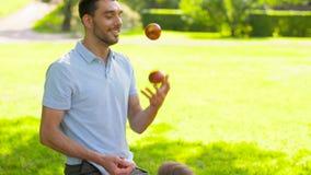 Szczęśliwy rodzinny mieć pinkin przy lato parkiem zbiory wideo