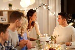 Szczęśliwy rodzinny mieć przyjęcia urodzinowego w domu obrazy stock