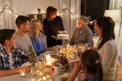 Szczęśliwy rodzinny mieć przyjęcia urodzinowego w domu zdjęcie stock