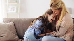 Szczęśliwy rodzinny mieć zabawę i łaskoczący w domu zdjęcie wideo