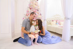 Szczęśliwy rodzinny mieć zabawę i śmiający się wpólnie w przestronnym bedroo Zdjęcia Royalty Free