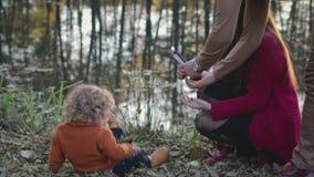 Szczęśliwy rodzinny mieć zabawę lub wiosnę w jesieni w parku w dobrej Pogodnej pogodzie outdoors zbiory