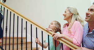 Szczęśliwy rodzinny mieć zabawę na schody wpólnie zbiory wideo