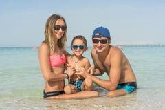 Szczęśliwy rodzinny mieć zabawę na tropikalnej biel plaży Matka, ojciec, śliczny syn Pozytywne ludzkie emocje, uczucia, radość Śm Fotografia Royalty Free