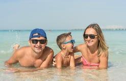 Szczęśliwy rodzinny mieć zabawę na tropikalnej biel plaży Matka, ojciec, śliczny syn Pozytywne ludzkie emocje, uczucia, radość Śm Zdjęcia Royalty Free