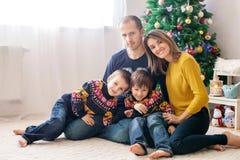 Szczęśliwy rodzinny mieć zabawę w domu, Bożenarodzeniowy rodzinny portret fotografia stock