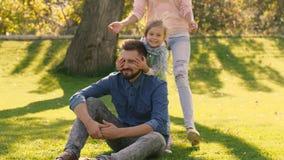 Szczęśliwy rodzinny mieć zabawę w naturze zamyka each inny wpólnie jest oczami z rękami zbiory wideo