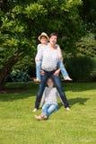 Szczęśliwy rodzinny mieć zabawę w ogródzie Zdjęcia Stock