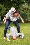 Szczęśliwy rodzinny mieć zabawę w ogródzie Obrazy Royalty Free