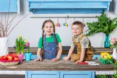 Szczęśliwy rodzinny narządzanie dla wielkanocy zdjęcia stock