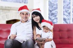 Szczęśliwy rodzinny obsiadanie na kanapie w święto bożęgo narodzenia Obrazy Royalty Free