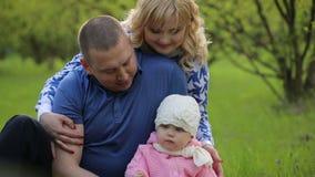 Szczęśliwy Rodzinny obsiadanie na trawie na naturze zbiory