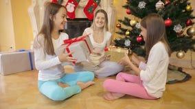 Szczęśliwy rodzinny obsiadanie przy choinką i dawać each inny teraźniejszość zbiory wideo