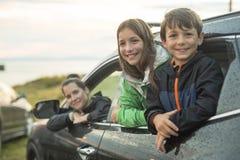 Szczęśliwy rodzinny obsiadanie w samochodzie zdjęcia stock
