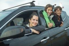 Szczęśliwy rodzinny obsiadanie w samochodzie zdjęcie stock