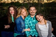 Szczęśliwy rodzinny obsiadanie wpólnie Zdjęcia Royalty Free