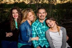 Szczęśliwy rodzinny obsiadanie wpólnie Fotografia Royalty Free