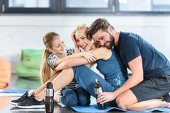 Szczęśliwy rodzinny odpoczywać po treningu Fotografia Stock