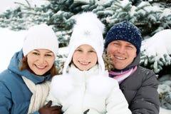 Szczęśliwy rodzinny odpoczywać w zima lesie Obrazy Royalty Free