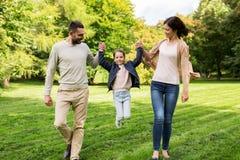 Szczęśliwy rodzinny odprowadzenie w lecie parkowym i ma zabawę Zdjęcie Stock