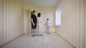 Szczęśliwy rodzinny odprowadzenie w nowym domu Radosny chłopiec otwarcia drzwi wchodzić do jego pokój pierwszy raz Macierzysty oj zbiory wideo