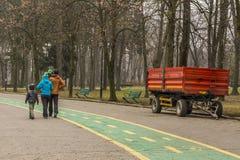 Szczęśliwy rodzinny odprowadzenie w parku w wintertime Fotografia Royalty Free
