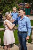 Szczęśliwy rodzinny odprowadzenie w przyciąganie parku Obraz Stock