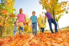 Szczęśliwy rodzinny odprowadzenie wpólnie trzyma ręki Obrazy Royalty Free