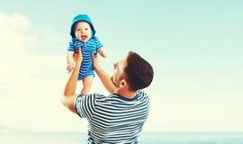Szczęśliwy rodzinny ojca i dziecka syn na plaży morzem przy zmierzchem Zdjęcie Royalty Free
