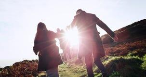 Szczęśliwy rodzinny ojca, matki i chłopiec bieg przez pole nad zmierzchu tłem, 4K zbiory