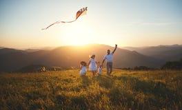 Szczęśliwy rodzinny ojciec, matka i dzieci, wszczynamy kanię na naturze Fotografia Stock