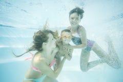 Szczęśliwy rodzinny pływacki podwodny Matka, syn i córka ma mieć zabawę w basenie, obrazy royalty free