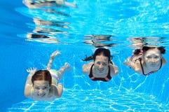 Szczęśliwy rodzinny pływanie podwodny w basenie Fotografia Royalty Free