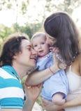 Szczęśliwy rodzinny plenerowy zdjęcia stock