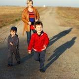 Szczęśliwy rodzinny plenerowy Obraz Royalty Free